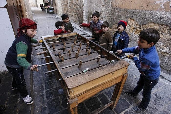 Trẻ em chơi bi lắc ở Aleppo, Syria