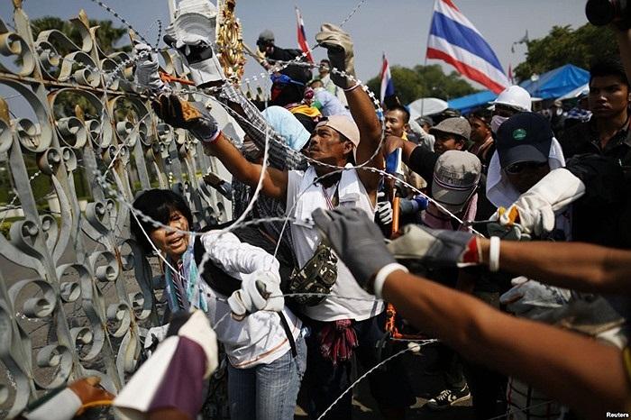 Người dân gỡ rào thép gai vào văn phòng chính phủ Thái Lan