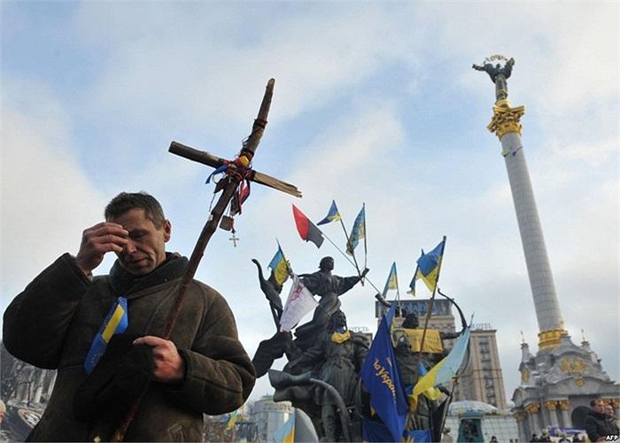 Người biểu tình ủng hộ gia nhập liên minh châu Âu làm dấu thánh giá trong một thánh lễ trên Quảng trường Độc lập ở Kiev, Ukraine