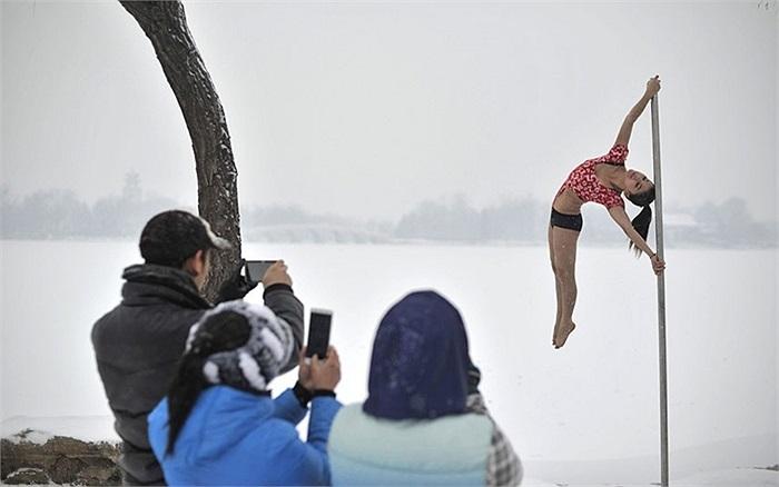 Thiếu nữ xinh đẹp của Đội múa cột quốc gia Trung Quốc biểu diễn trong trời mua tuyết ở Thiên Tân