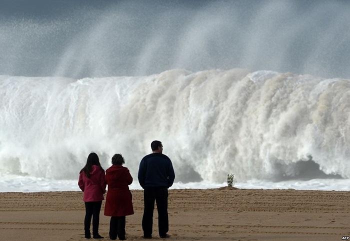 Bó hoa đặt ở bãi biển Meco, gần Sesimbra, Bồ Đào Nha sau khi một sinh viên đại học thiệt mạng và 5 người khác mất tích khi bị sóng lớn cuốn đi