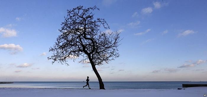 Người chạy bộ dọc theo hồ Michigan khi nhiệt độ xuống quanh mức đóng băng ở Chicago