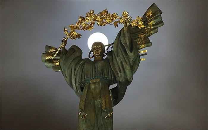 Trăng tròn lấp ló sau bức tượng ở thủ đô Kiev, Ukraine