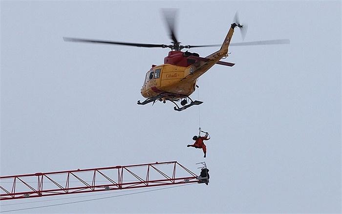Nhân viên cứu hộ cùng trực thăng quân sự giải cứu người mắc kẹt trên cần cẩu ở Ontario, Canada