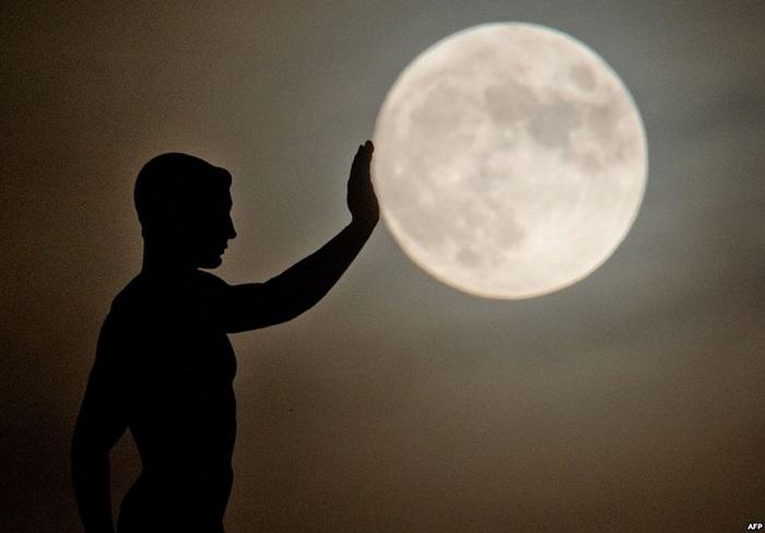 Bức tượng in bóng trên nền trời trong một đêm trăng ở Hanover, miền trung nước Đức