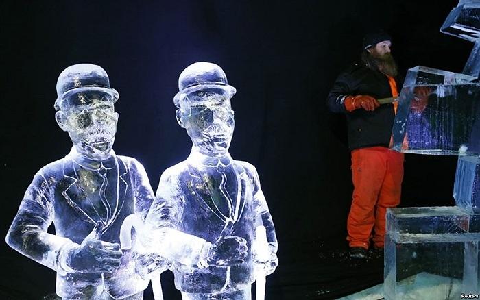 Nhà điêu khắc Juuso Partanen của Phần Lan tạc một bức tượng tại Lễ hội Băng tuyết Brussels, Bỉ