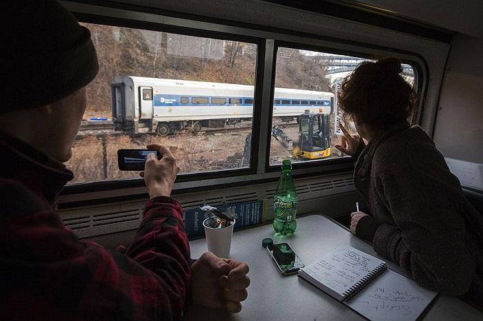 Những hành khách quan sát đoàn tàu gặp nạn tại New York ngày 2/12