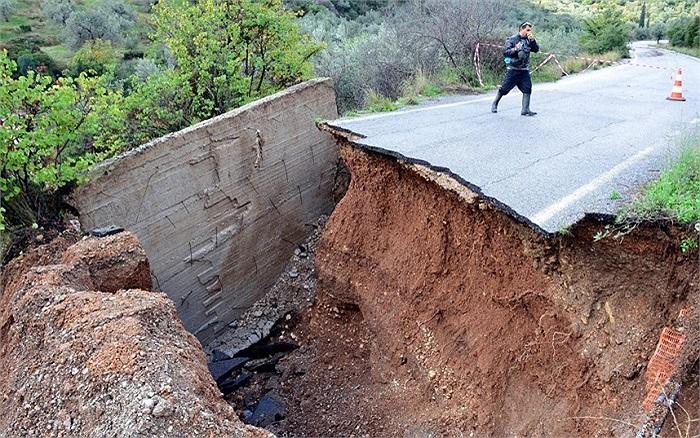 Môt con đường ở Peloponnese, Hy Lạp bị phá hủy sau trận lũ