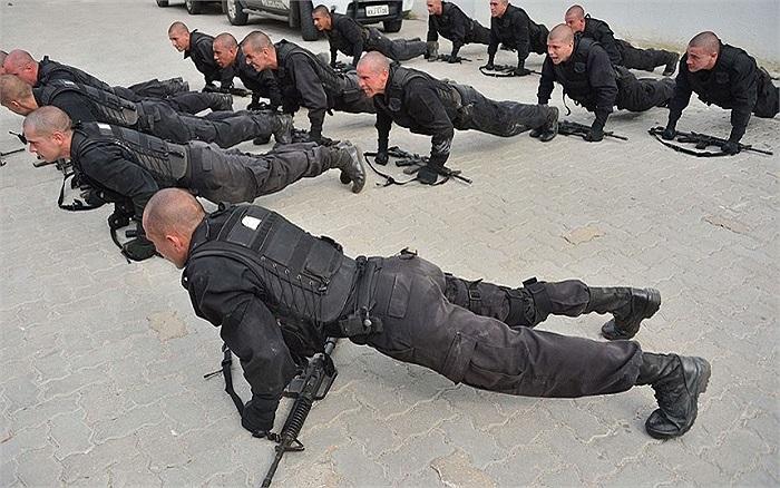 Cảnh tập luyện của cảnh sát thành phố Rio de Janeiro, Brazil