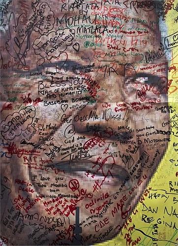 Chân dung của ông Nelson Mandela với những thông điệp chia buồn và ủng hộ trên đường phố bên ngoài ngôi nhà cũ của ông ở Soweto, Johannesburg, Nam Phi