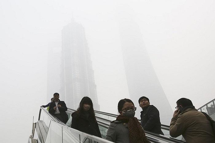 Người dân đi lại trong bầu không khí bị ô nhiễm nặng ở Thương Hải, Trung Quốc