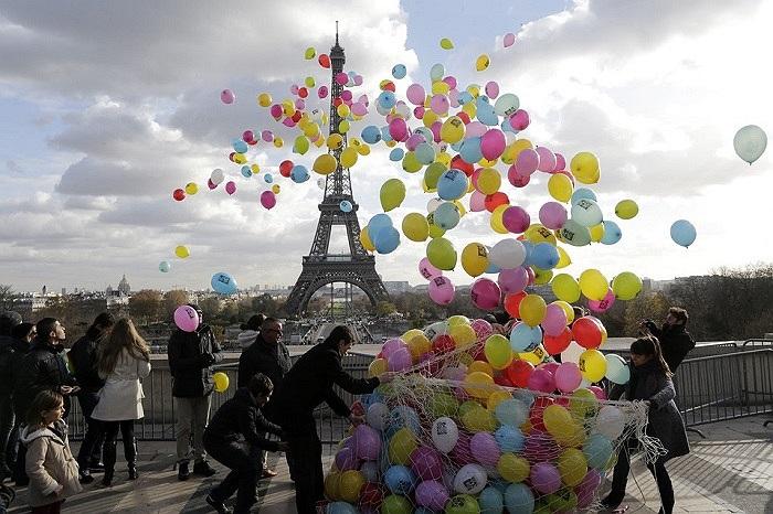 Người dân Paris thả bong bóng ở gần tháp Eiffel để cầu nguyện cho những nhà báo Pháp bị bắt làm con tin ở Syria