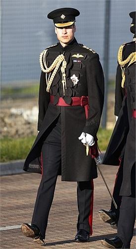 Hoàng tử William đến ở một căn cứ quân sự ở Aldershot, Anh, dự lễ trao huy chương cho những quân nhân Anh phục vụ ở Afghanistan