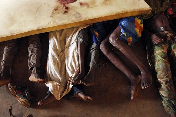 Thi thể các nạn nhân chết trong một vụ tấn công được đặt dưới một tấm nệm trong nhà thờ Hồi giáo ở Cộng hòa Trung Phi