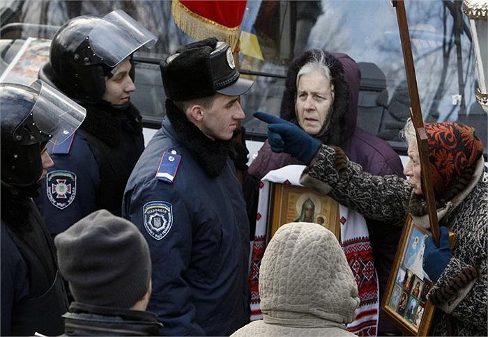 Một người phụ nữ chỉ thẳng mặt cảnh sát trong cuộc biểu tình ở Kiev, Ukraine