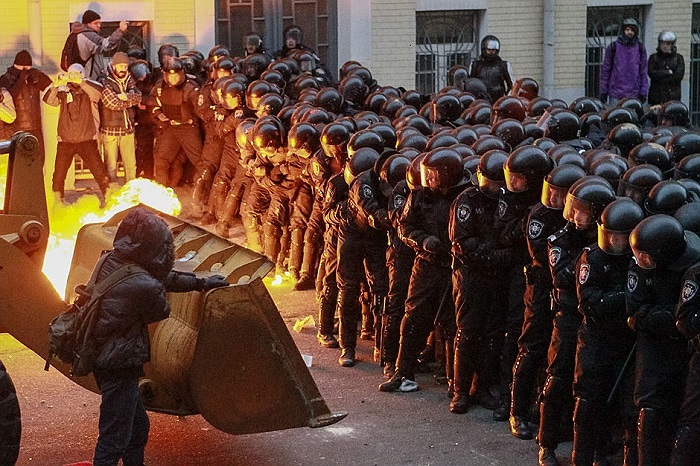 Cảnh sát lập hàng rào chắn trong cuộc biểu tình ở Kiev, Ukraine ngày 1/12