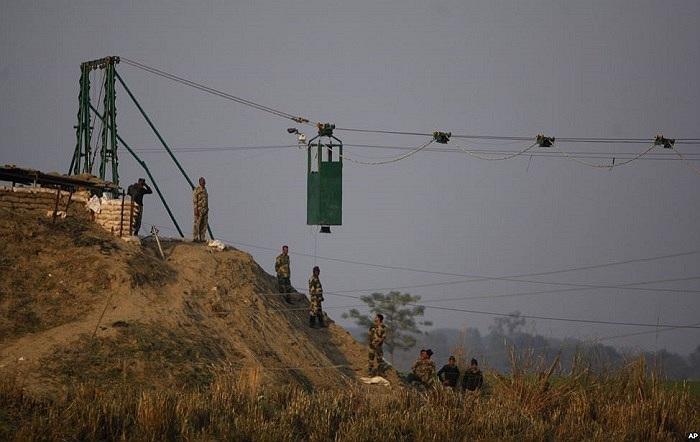 Binh sĩ Ấn Độ lắp ráp một buồng gác di động chống đạn tại cửa khẩu quốc tế Bobiya Ấn Độ-Pakistan