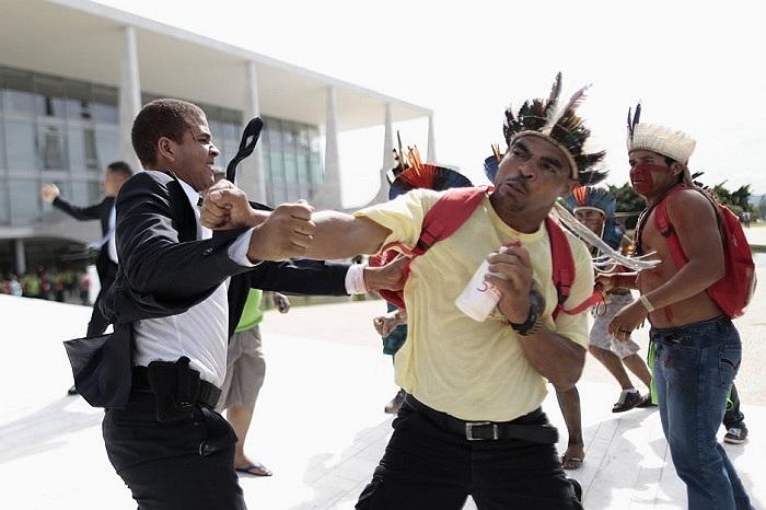 Người dân Ấn Độ đụng độ với nhân viên an ninh trong cuộc biểu tình ngày 4/12