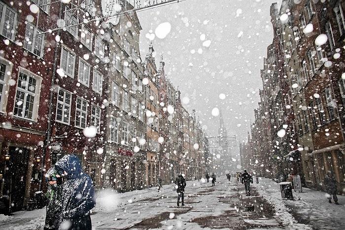 Người dân Ba Lan đi lại trong trận mưa tuyết