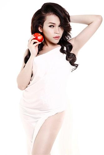 Với trái táo đỏ và những hộp quà bí ẩn cùng vẻ quyến rũ 'chết người', Franky Nguyễn tự tin làm nàng Eva.