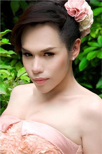 Franky Nguyễn tên thật là Nguyễn Quốc Anh Vương. Cô từng gây sốt sau khi chuyển giới bởi giống hệt ca sỹ Hồ Ngọc Hà.