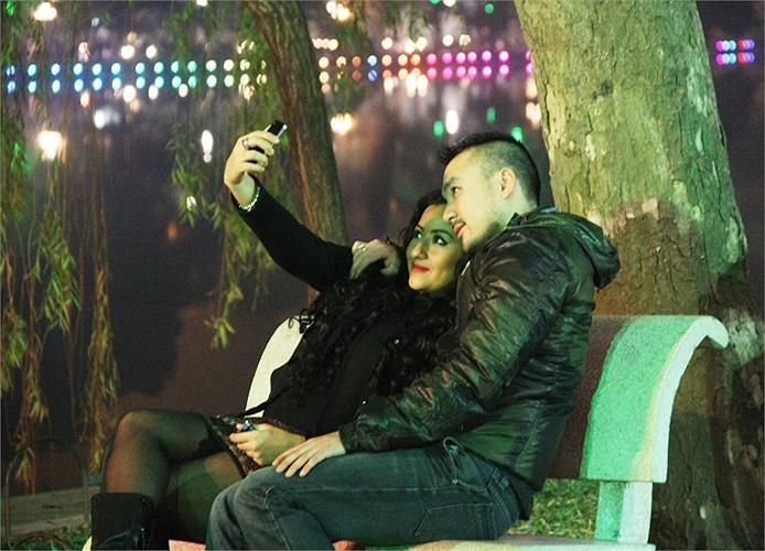 Trong thời khắc chuyển giao sang năm mới, hàng nghìn cặp đôi bạn trẻ Hà Thành đã dành cho nhau những cử chỉ thân mật nhất ghi dấu tình yêu thêm tuổi mới