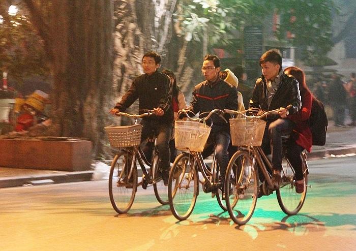 Hay đơn giản là cùng nhau đi trên những chiếc xe đạp cũ kỹ mặc dòng người xuôi ngược
