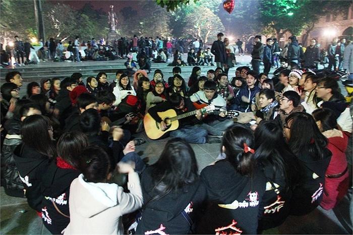Trong khi đó, nhóm bạn trẻ Hội đồng hương Hưng Yên tại ĐH Kinh tế Quốc dân cùng nhau đón một năm mới trong lời ca, tiếng hát
