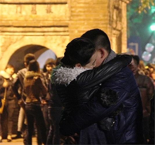 Các bạn trẻ Hà Thành không ngần ngại trao nhau những cử chỉ yêu thương trong khoảnh khắc bước sang năm mới