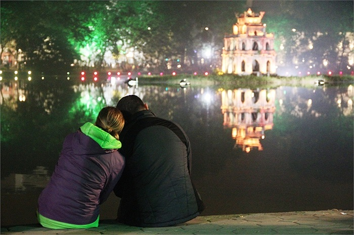Đôi bạn trẻ người nước ngoài cũng ngồi sát bên nhau trong thời khắc quan trọng này