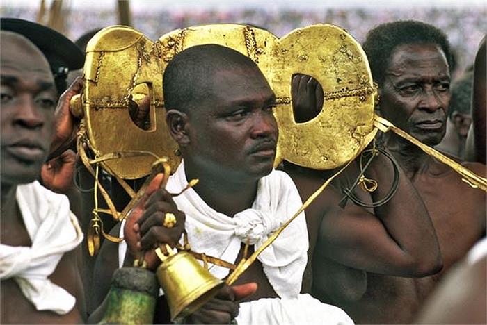 Trước sự coi thường linh vật, hơn hết là sự phỉ báng, miệt thị một dân tộc, người dân Ashanti, với sự cầm đầu của bà mẹ đức vua bị đầy ải đã nổi dậy bảo vệ linh vật của quốc gia mình.