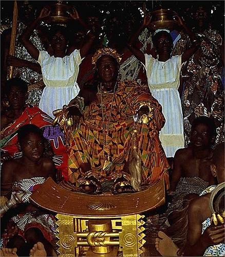 Vì thế mà từ già, trẻ, gái, trai của tộc người Ashanti đều cố gắng sắm sang cho mình thật nhiều trang sức bằng vàng. Vàng được 'trang hoàng' đầy người.