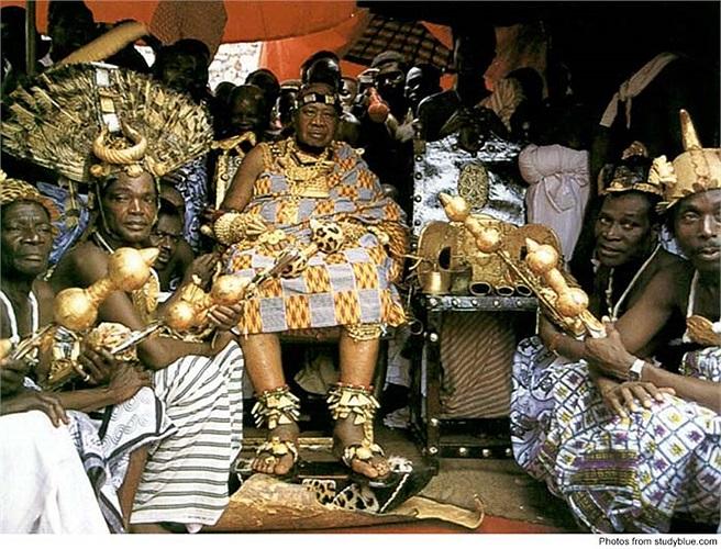 Ở đời vua Otumfuo Osei Tutu II có một chiếc ghế đẩu được làm bằng vàng.