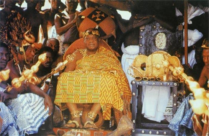 Nó được thánh thần ban tặng và rơi từ trên trời xuống qua lời cầu nguyện của một linh mục có tên Okomfo Anokye.