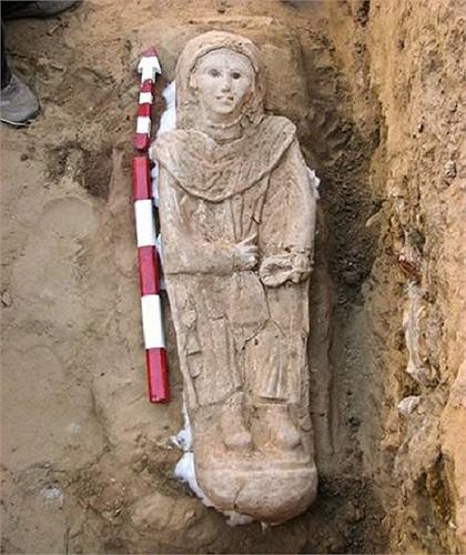 Một chiếc quan tài 2.000 năm tuổi được tìm thấy trong ngôi mộ người Ai Cập tại Bahariya Oasis, Cairo. Nhưng điểm đặc biệt là xác ướp này lại mặc trang phục của người La Mã. Trong ngôi mộ cũng có rất nhiều đồ trang sức, đồ gốm quý giá. Mặc dù ngôi mộ bị hư hại bởi độ ẩm và nước ngầm nhưng họ vẫn xác định đây là xác ướp của một người phụ nữ thuộc dòng dõi quý tộc.