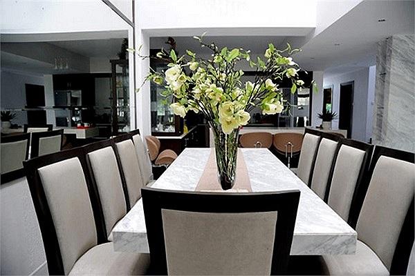 Khu vực bếp và bàn ăn sang trọng.