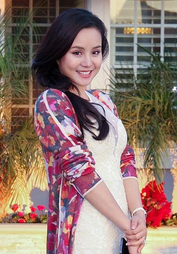 Từ khi Vy Oanh chỉ mới có đôi chút tiếng tăm, danh hài Việt Hương đã luôn chú ý và tạo điều kiện cho chị bước trên con đường nghệ thuật.