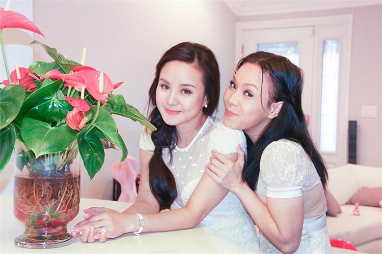 Chính Việt Hương cũng là một trong những nghệ sỹ hiếm hoi nhìn ra tố chất và khả năng của Vy Oanh từ thủa mới vào nghề và trên mỗi chặng đường của cô, những ngợi khen, chê bai đúng lúc của Việt Hương là điều không thể thiếu.