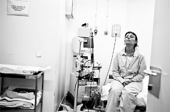 Bộ ảnh sẽ giới thiệu từng giai đoạn chữa trị bệnh, từ lúc bệnh nhân trải qua ca lọc thận qua màng bụng cho tới khi chị được cấy ghép một quả thận mới.