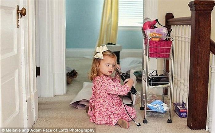 Còn đây là bức ảnh cô con gái bé nhỏ Olivia bị bắt quả tang đang tự mình uốn tóc giống như mẹ thuở xưa, đúng với câu mẹ nào con nấy.