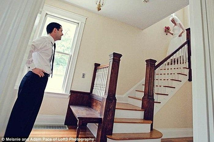 Khoảnh khắc hạnh phúc của anh Ben khi đứng dưới chân cầu thang, đón người phụ nữ đẹp nhất của cuộc đời anh trong ngày thành hôn.