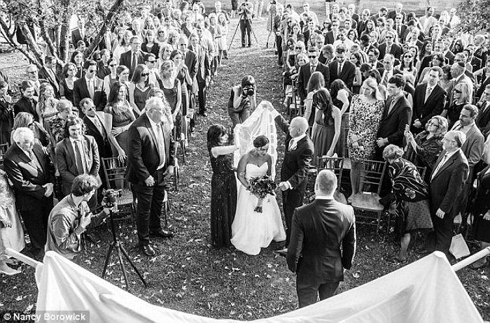 Trong ảnh là cảnh đôi vợ chồng già trong ngày cưới của cô con gái vào hồi tháng 10 vừa qua. Được biết, bà Laurel mắc ung thư vú, còn chồng của bà mắc ung thư tuyến tuỵ.
