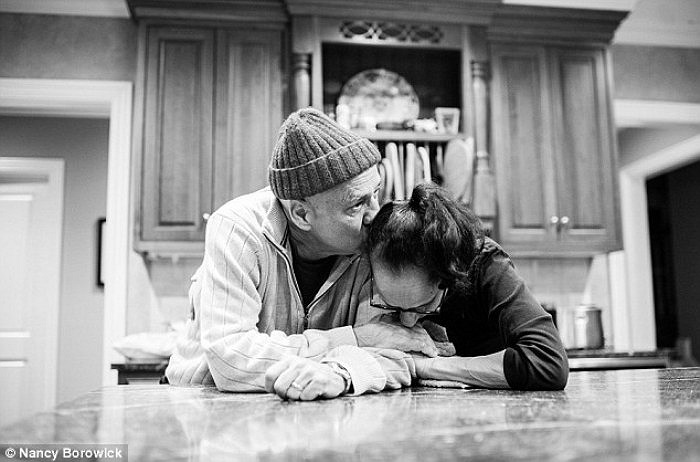 Cặp đôi chia sẻ khoảng thời gian hạnh phúc và yên tĩnh trong nhà bếp sau khi cả hai vừa trải qua ca điều trị kéo dài.