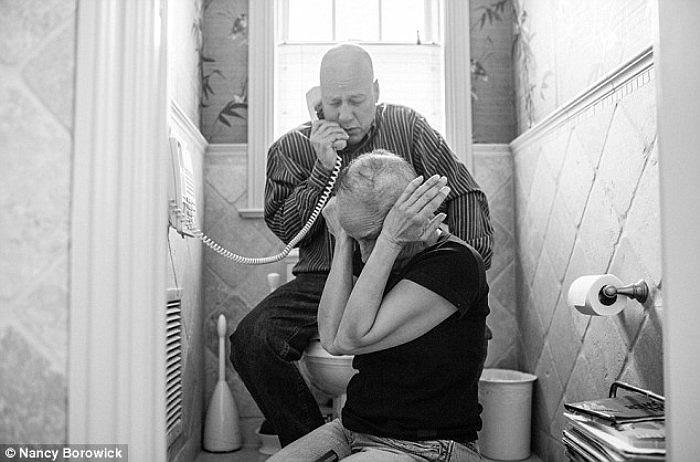 Hình ảnh Howil và Laurel ngồi trong phòng tắm và nghe những thông tin từ bác sỹ trị bệnh cho họ. Căn bệnh của cả hai đang có dấu hiệu cải thiện, các khối u gần đây đang co lại.