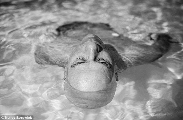 Sức khoẻ khá yếu sau ca hoá trị, bà Laurel vẫn thư thả ngâm mình trong làn nước ấm ở hồ bơi bang Florida.