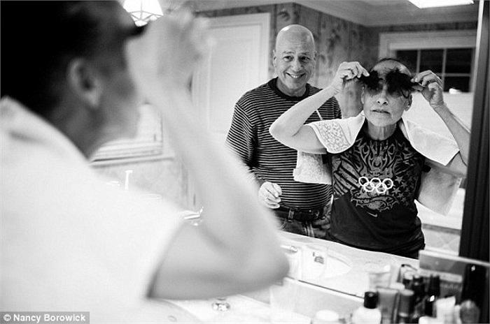 Biết chắc rằng mái tóc của mình sẽ sớm biến mất vì căn bệnh ung thư, bà Laurel quyết định để chồng tự tay cắt bỏ nó.