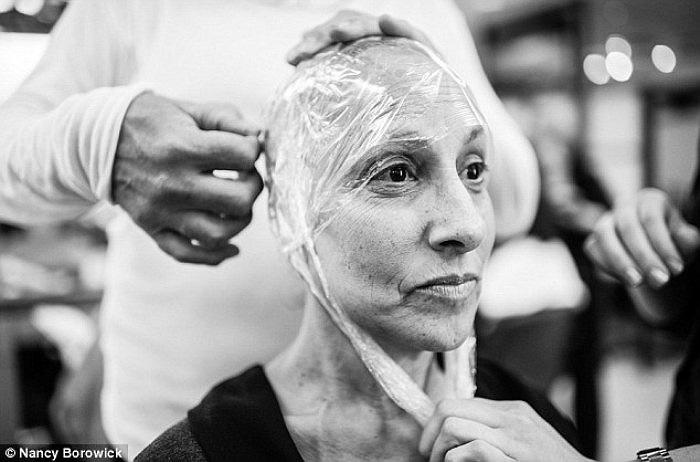 Bà Laurel đang được một chủ hiệu tóc thiết kế cho một bộ tóc giả sau khi mái tóc của bà bị cắt bỏ.