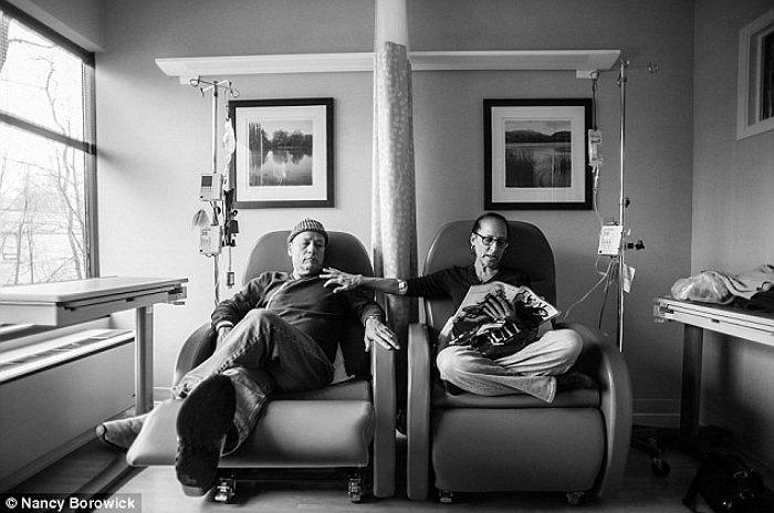 Howil đặt tên cho những chiếc ghế, nơi vợ chồng ông ngồi để điều trị hoá học, là ghế của anh và ghế của em.