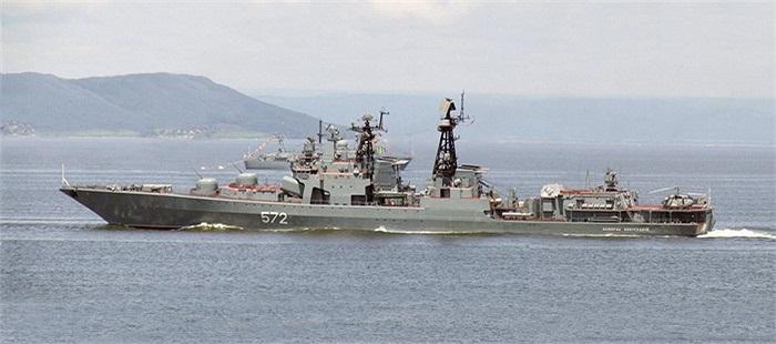 Dẫn đầu đội hình là chiến hạm săn ngầm mang tên Đô đốc Vinogradov
