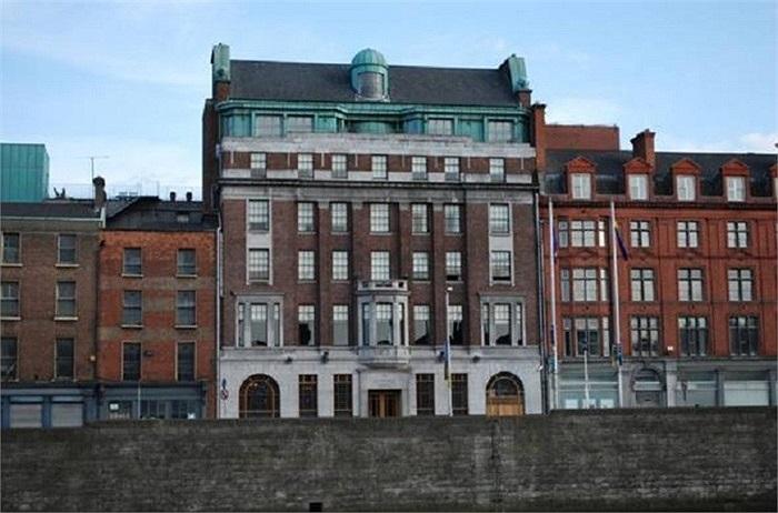 Khách sạn Clarence tại Dublin thuộc sở hữu ca sỹ chính ban nhạc U2, Bono. Ông đã mua lại toàn bộ khách sạn bao gồm 49 phòng làm nơi thư giãn, nghỉ ngơi và thưởng thức bữa sáng Iceland hoàn hảo sau mỗi giấc ngủ.